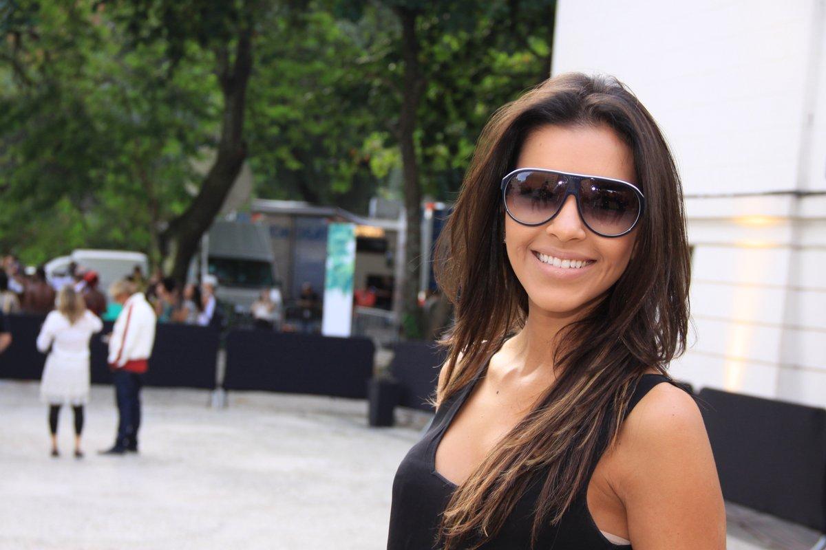 Mariana Rios estava toda estilosa com óculos degradê no primeiro dia do Fashion Rio, nesta terça-feira, 22, no Jockey Club do Rio, na Gávea, na Zona Sul