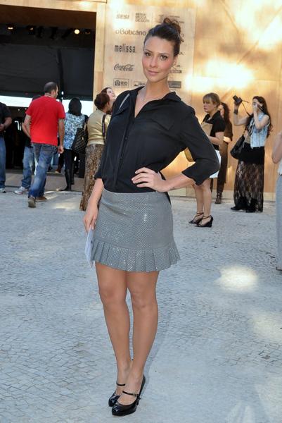 Camila Rodrigues foi uma das famosas que prestigiou o 2º dia do Fashion Rio