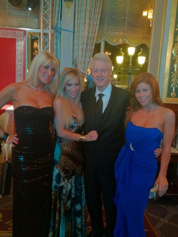 Bill Clinton com atrizes pornô (Foto: Reprodução/Twitter)