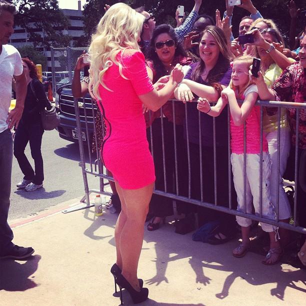 Britney Spears interage com os fãs antes da audição do X-Factor (Foto: Reprodução/Twitter)