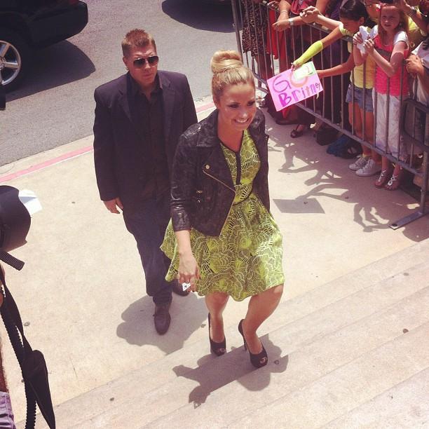 Demi Lovato também chega para a audição (Foto: Reprodução/Twitter)