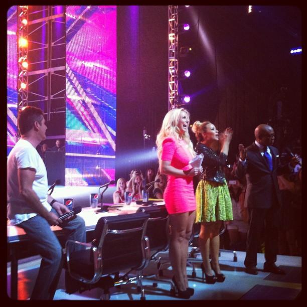 "Britney Spears e Demi Lovato no ""The X Factor"" (Foto: Reprodução/Twitter)"