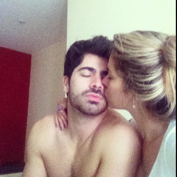 Ex-BBB Rodrigão ganha beijo de Adriana (Foto: Reprodução/Twitter)