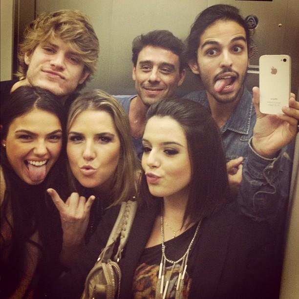 Giovanna Lancellotti, Isis Valverde e amigos fazem pose divertida em elevador (Foto: Reprodução/Twitter)