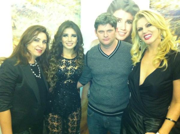 Val Marchiori com a família em show de Paula Fernandes em São Paulo (Foto: Twitter/ Reprodução)