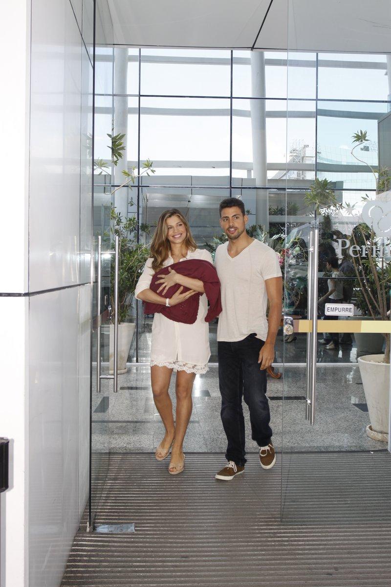 Grazi Massafera e Cauã Reymond deixam a maternidade