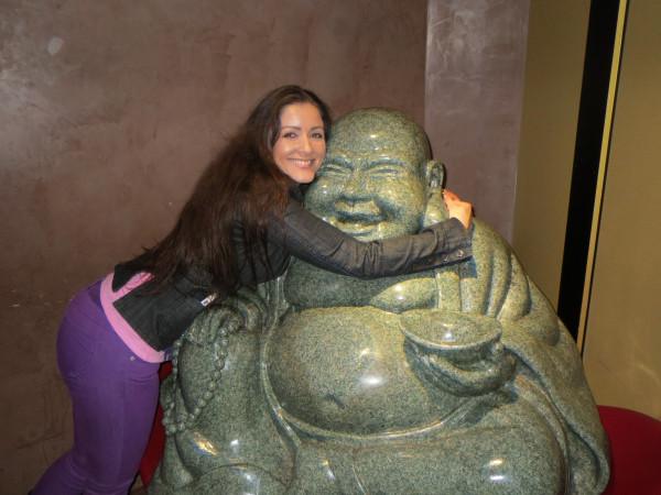 Nana Gouvêa posa abraçada com Buda (Foto: Reprodução/Twitter)
