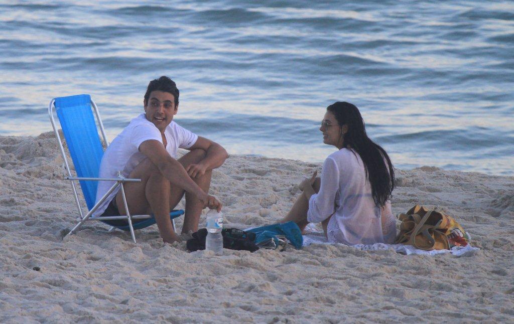 No fim do programinha praiano, a atriz encontrou com Bruno de Luca