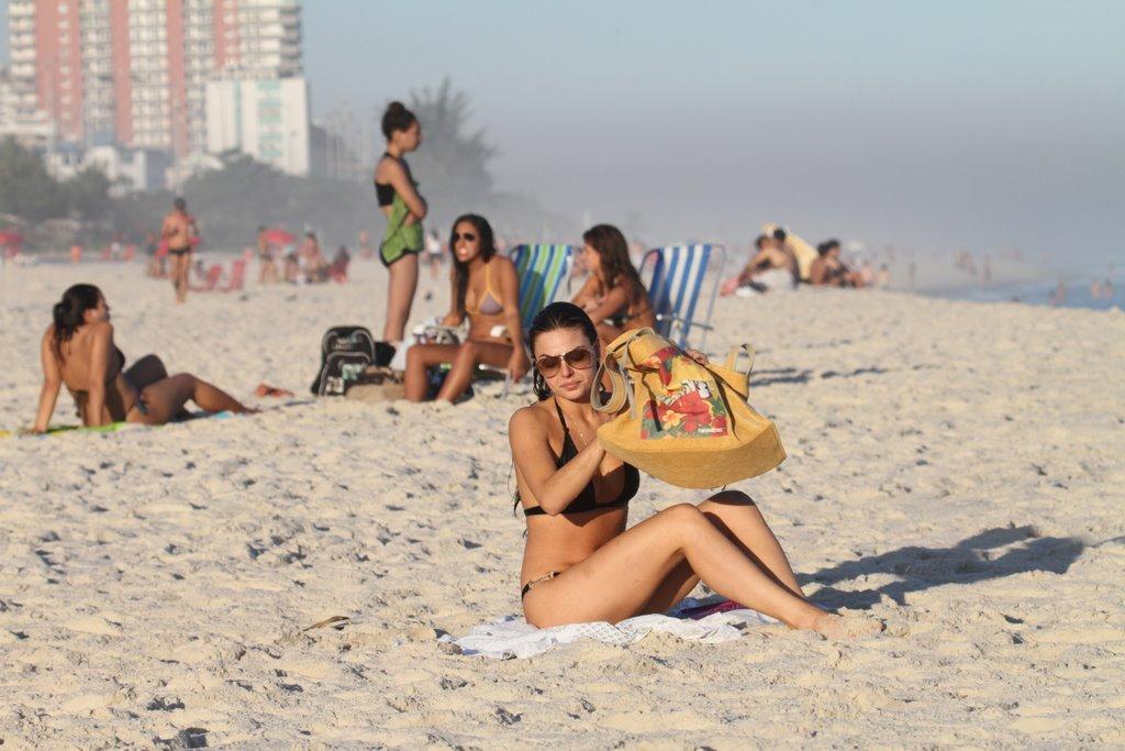 Atriz estendeu a canga e sentou na areia da praia