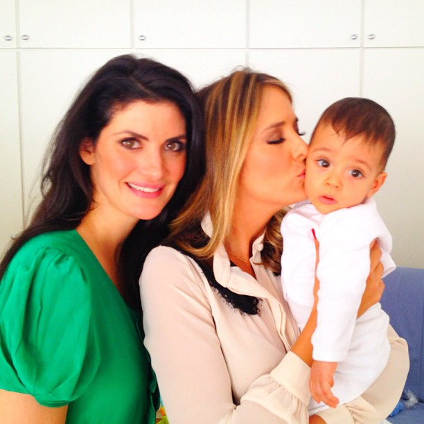 Ticiane beija gêmeo de Isabela Fiorentino (Foto: Twitter)