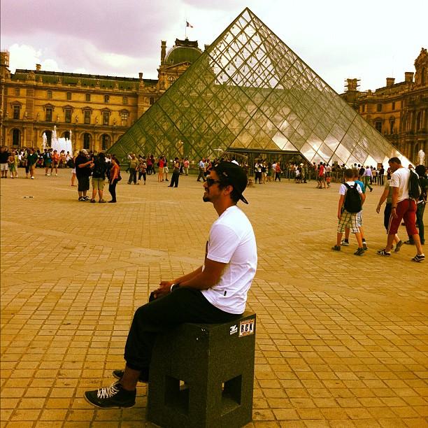 Caio Castro em Paris (Foto: Twitter/Reprodução)