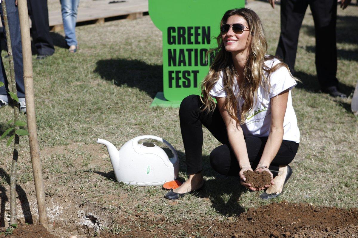 Na segunda-feira, 4, Gisele Bünchen participou do Green Nation Fest, evento ecológico no Rio. A modelo plantou uma muda de sapucaia. 'Essa é a primeira árvore de 50 mil que estamos plantando em uma área degradada', disse a top