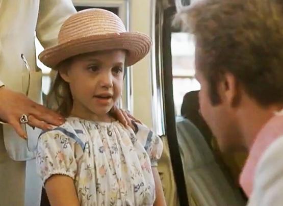 """Aos seis aninhos, Jolie apareceu pela primeira na tela ao lado do pai, Jon Voight, no filme """"Lookin' to Get Out"""""""