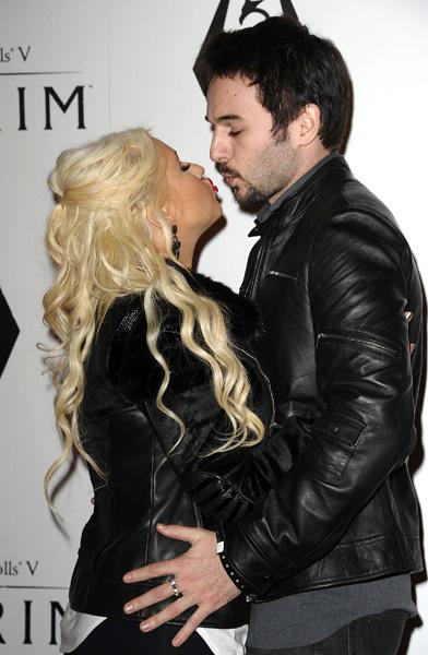 Pode ser que Christina Aguilera quisesse apenas chamar atenção, mas a cantora fez questão de posar dando um selinho no namorado Matt Rutler, em um evento em Los Angeles, na Califórnia