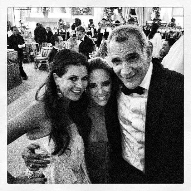 Ticiane Pinheiro posa com o casal Tammy Kattan e David Safra. (Foto: Twitter/ Reprodução)