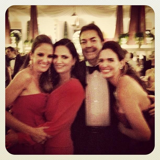 Ticiane Pinheiro, Luiza Brunet e Fausto Silva com a mulher Luciana Cardoso em casamento em São Paulo (Foto: Twitter/ Reprodução)