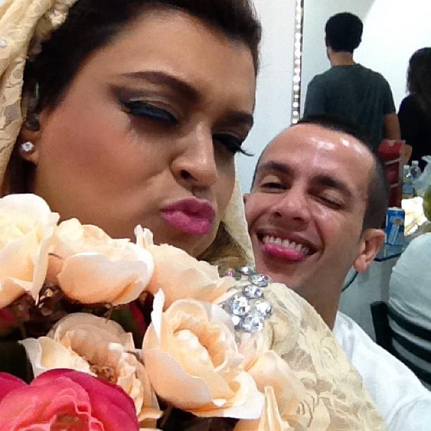 Preta Gil com o marido Carlos Henrique em bastidores de show no Rio (Foto: Twitter/ Reprodução)