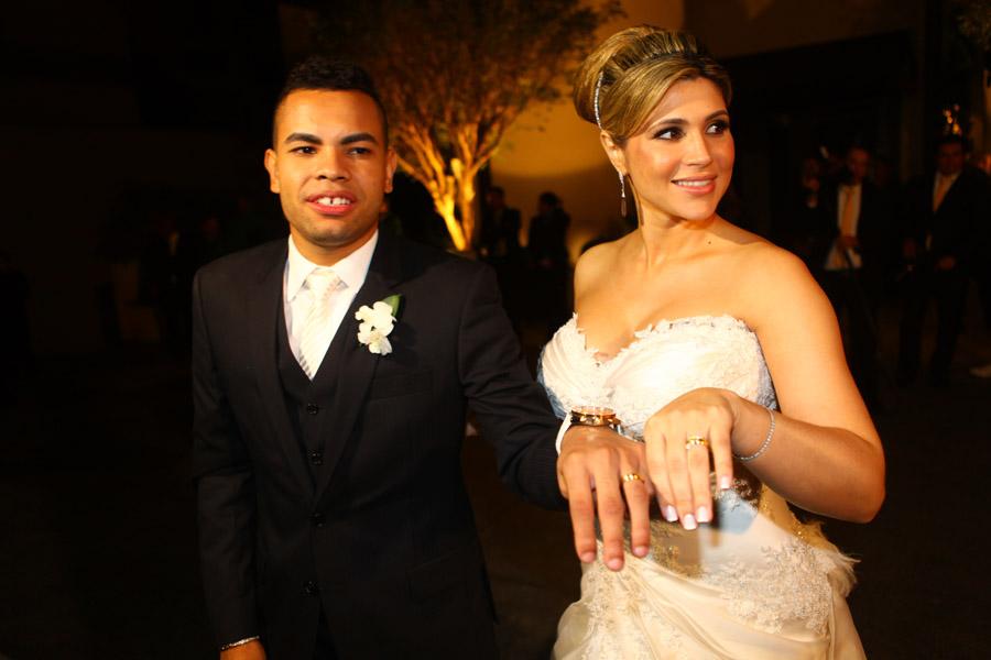Após a cerimônia, Dentinho e Dani Souza mostram suas alianças