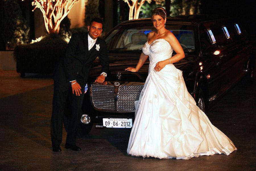 Já casados, Dentinho e Dani Souza posam perto de carro com placa especial