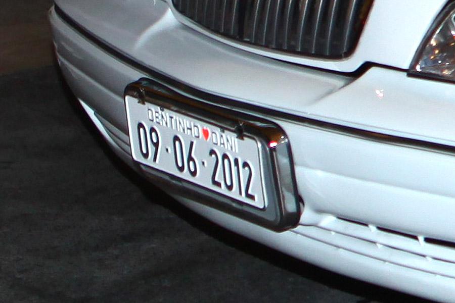 Detalhe da placa da limousine na qual Dentinho chegou