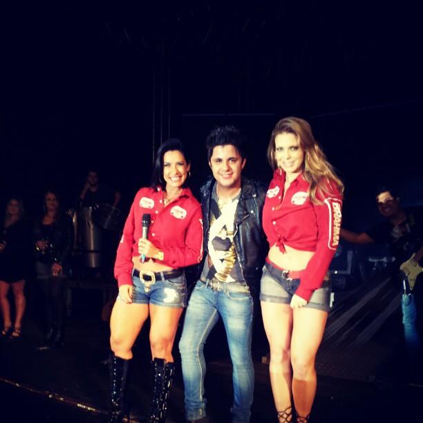 Scheila Carvalho e Sheila Mello com o cantor sertanejo Cris Araújo em show em Bálsamo, interior de São Paulo (Foto: Reprodução / Twitter)
