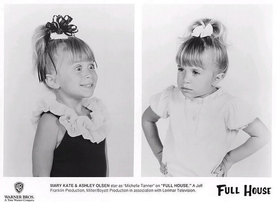 """Mary Kate e Ashley Olsen começaram a carreira em 1987 na série """"Três é Demais"""". Elas se revezavam no papel de Michelle."""
