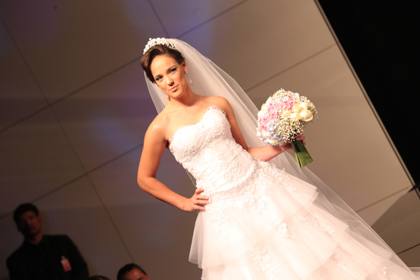 Adriana Birolli desfila vestida de noiva em Brasília (Foto: Netto Galvão/ Divulgação)