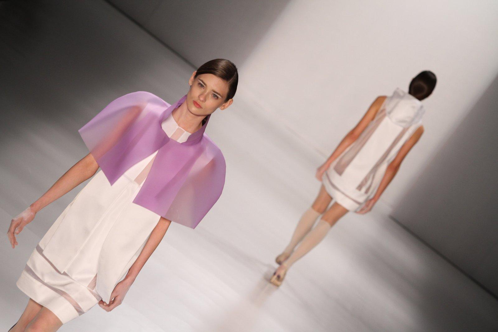 Para o Verão 2013, Gloria Coelho fez o que sabe fazer melhor: peças minimalistas com uma pegada futurista