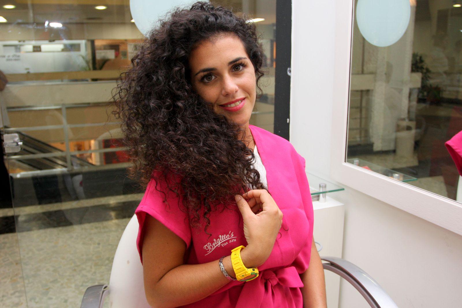 A espanhola Noemí assume com muito orgulho os cachos de seus cabelos, cheios e volumosos