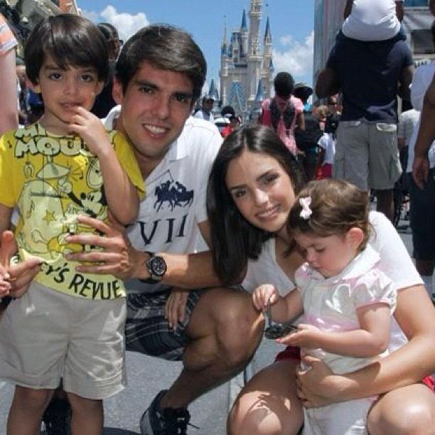 Carol Celico posta foto com Kaká e os filhos (Foto: Instagram / Reprodução)