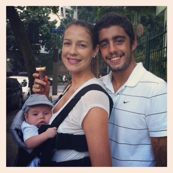 Luana e Pedro Scooby com o filho, Dom, em frente ao prédio onde moram, no Leblon, na Zona Sul do Rio