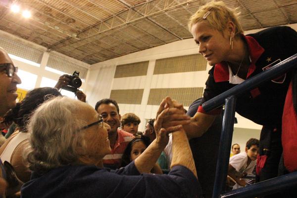 Xuxa fala com fãs durante jogo de Sasha (Foto: Binho Dutra / Divulgação)