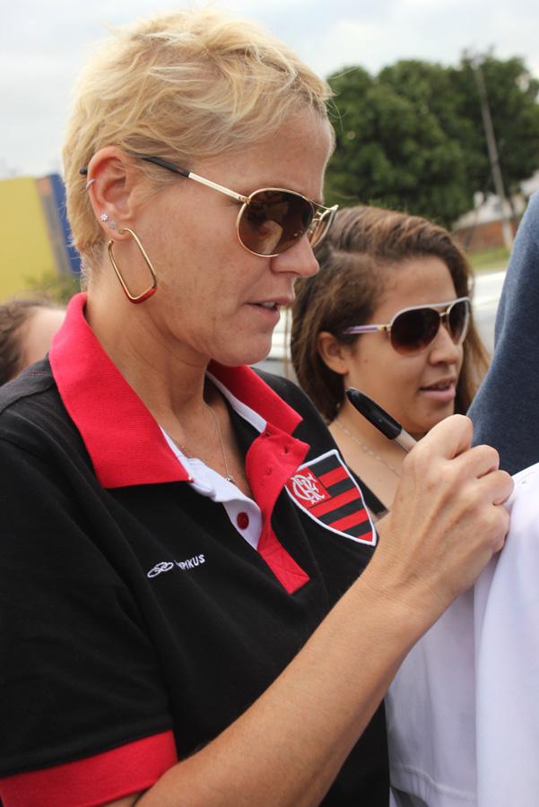 Xuxa autografa camisa para fãs durante jogo de Sasha (Foto: Binho Dutra / Divulgação)