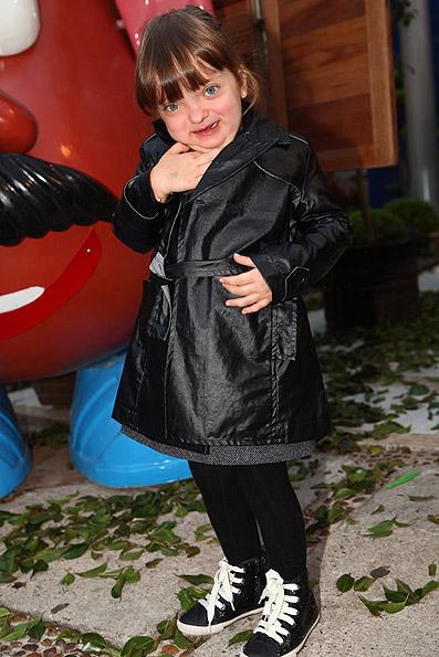 Filha de Ticiane Pinheiro e Roberto Justus, Rafaella tem uma coleção de vestidinhos. No inverno, o visual é complementado com meia-calça e casaco (até trench coat ela tem!)