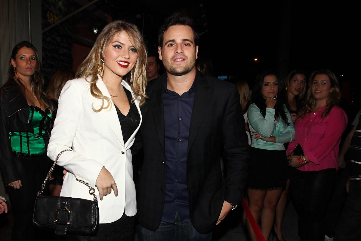 Rodrigo Scarpa chega com a namorada para a inauguração da boate da qual é sócio, em São Paulo