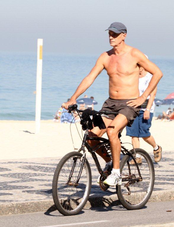 Marcos Caruso pedala na orla do Leblon, no Rio (Foto: André Freitas / AgNews)