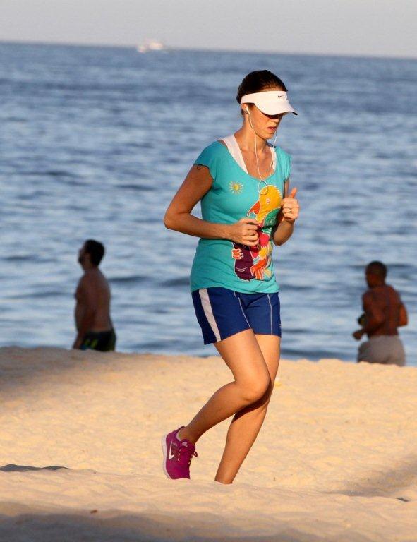 Luana Piovani correndo na Orla (Foto: André Freitas / AgNews)
