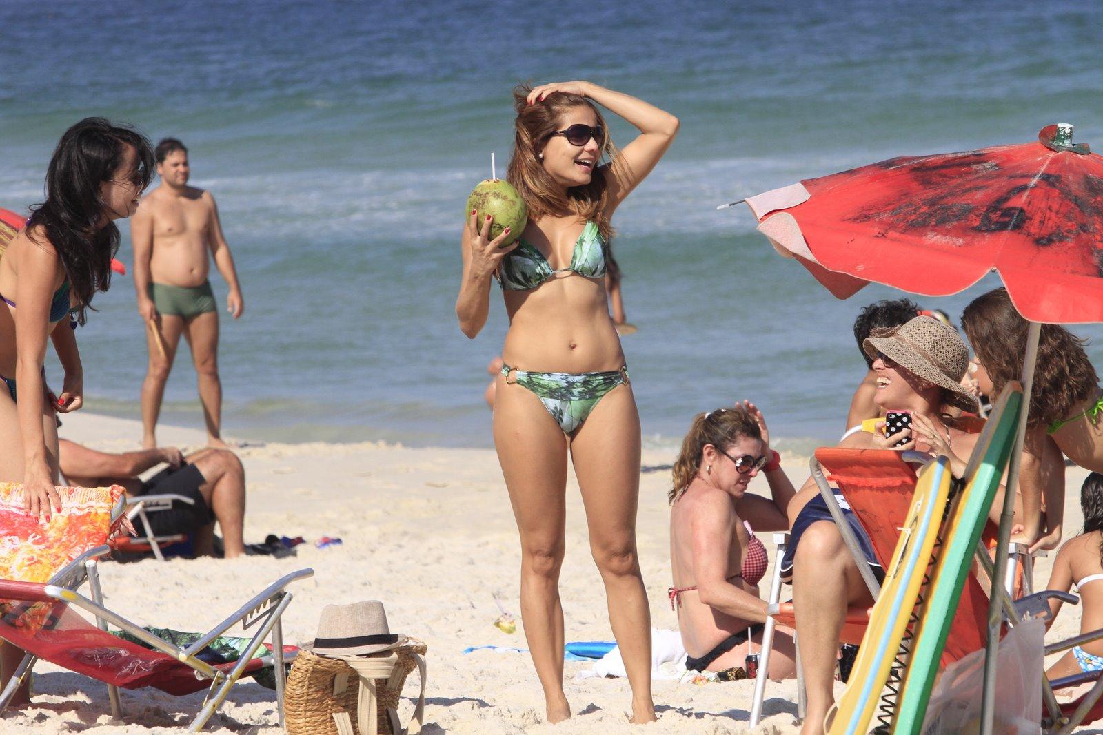 A semana começou com Nívea Stelmann reforçando o bronze na praia da Barra, na segunda-feira, 2