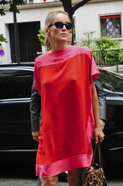 Aos 54 anos, Sharon Stone mostrou que está podendo e saiu sem sutiã para uma tarde de compras.
