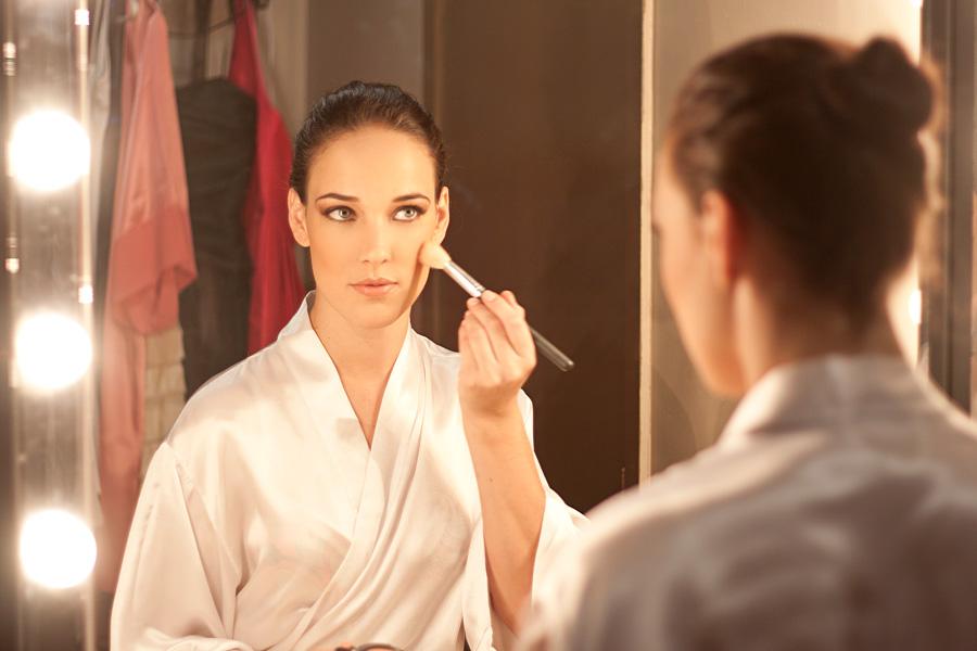 Adriana se concentra para fazer sua maquiagem