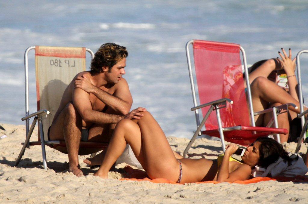 Bruno Mazzeo e a namorada, Joana Jabace, uma das diretoras de 'Avenida Brasil',  batem papo na praia do Leblon, na Zona Sul do Rio...