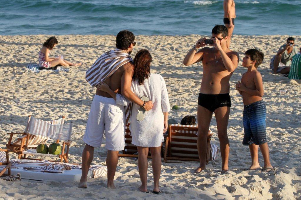 Alexandre Pato foi à praia com a namorada, Bárbara Berlusconi, neste sábado, 7, no Rio