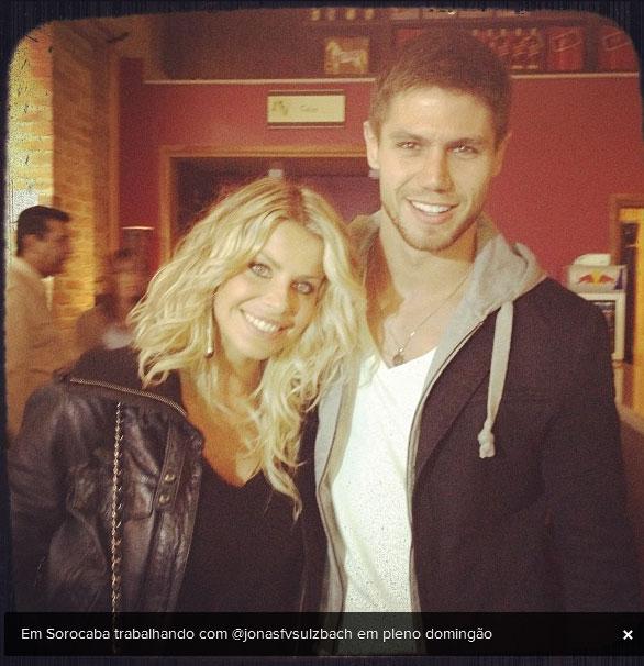 Jonas volta ao batente acompanhado de Karina Bacchi (Foto: Instagram)