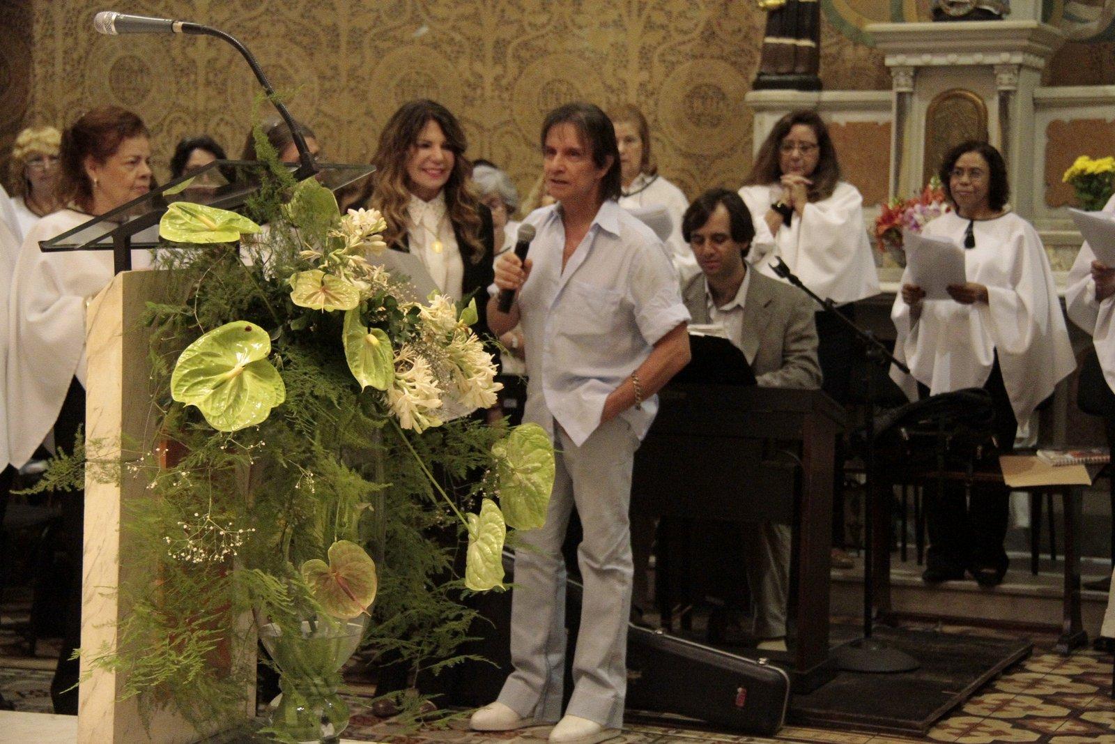 Ao lado de Elba Ramalho, Roberto Carlos canta na missa de sua assessora de imprensa, Ivone Kassu