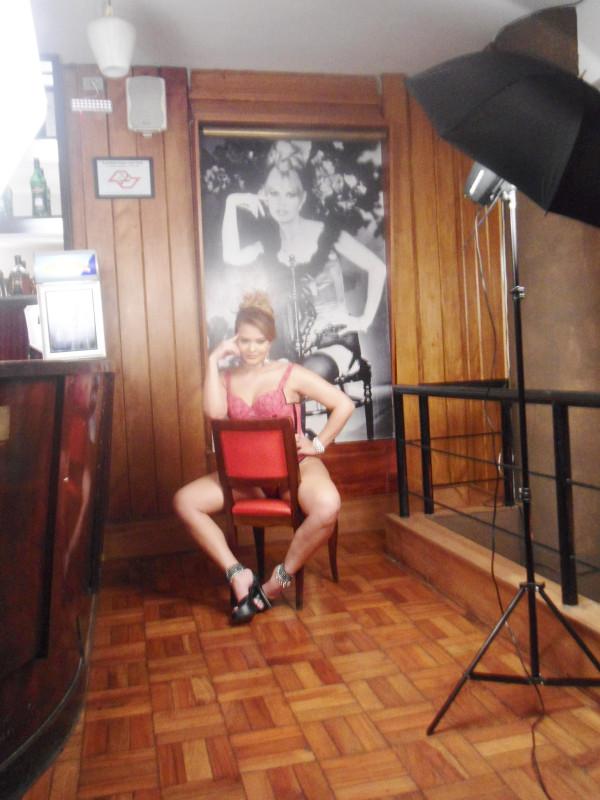 Geisy Arruda nos bastidores de ensaio sensual (Foto: Reprodução / Twitter)