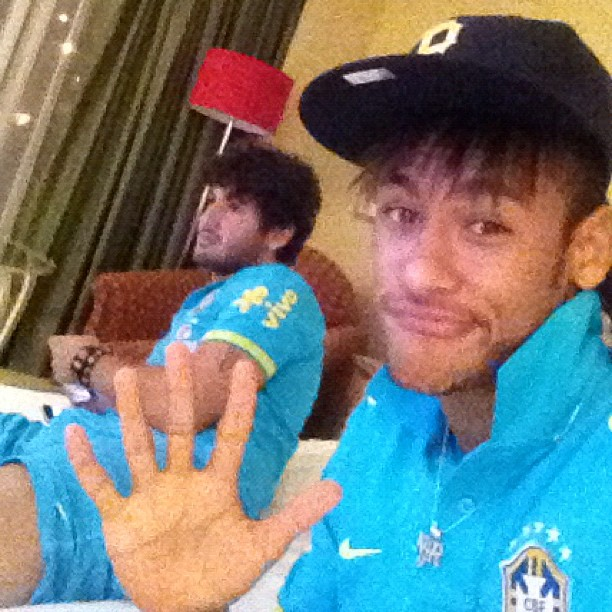 Neymar brinca pom Alexandre Pato (Foto: Reprodução / Instagran)