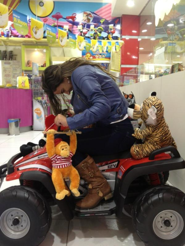 Ex-BBB Laisa brinca em loja (Foto: Reprodução / Twitter)