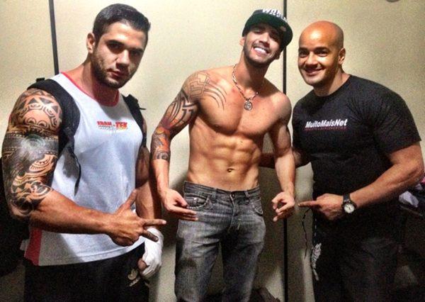 Gusttavo Lima posa sem camisa com seus personal trainer (Foto: Twitter/ Reprodução)