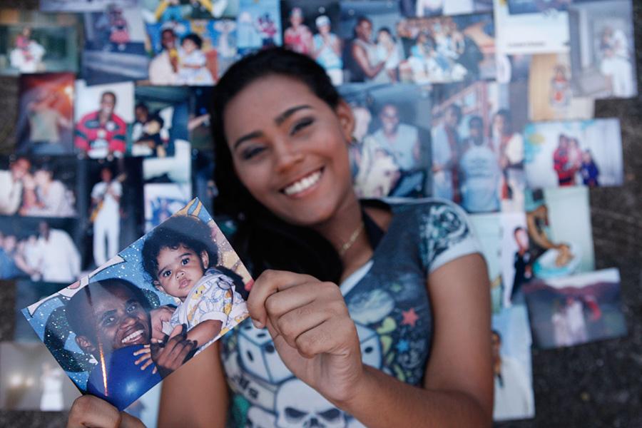 Andressa Alves, filha de Claudinho, mostra com orgulho as fotos do pai