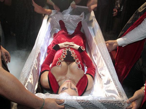 3) Gracyanne Barbosa escolheu uma forma nada convencional para entrar em sua festa de aniversário no ano passado. Como o tema era Halloween, ela chegou ao local dentro de um caixão, trazido em um carro funerário. Cruzes!